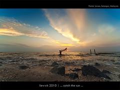 ... catch the sun ... (liewwk - www.liewwkphoto.com) Tags: ocean sunset sun water set landscape coast seaside sand view salt surface malaysia beast  pantai jeram selangor   superaplus aplusphoto  pantaijeram  liewwk wwwliewwkphotocom