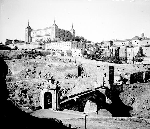 Puente de Alcántara y Alcázar entre el 24 y el 26 de septiembre de 1899. Fotografía de Petit. Société Française d'Archéologie et Ministère de la Culture (France), Médiathèque de l'architecture et du patrimoine (archives photographiques) diffusion RMN