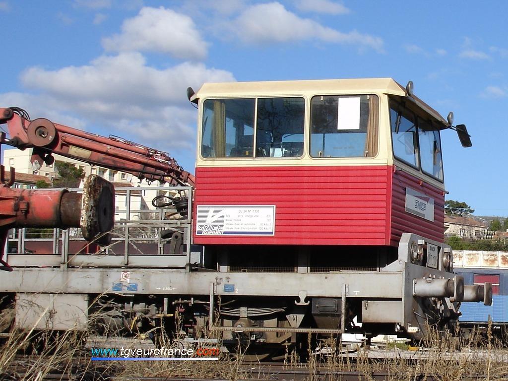 Vue détaillée de la cabine d'une draisine DU 84 en livrée d'origine rouge et blanche