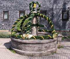 Easter decoration in Schackendorf (:Linda:) Tags: texture germany easter village egg shingle thuringia slate tradition ostern easteregg osterdekoration easterdecoration schiefer osterzeit schackendorf osterbrunnen easterdecorationonfountains germaneastertradition