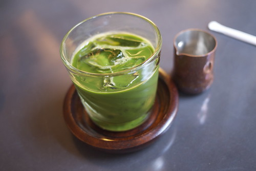 Iced matcha with a copper sugar syrup container