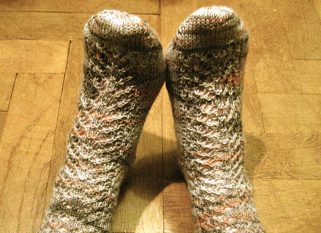 Easily adjustable lace panel socks
