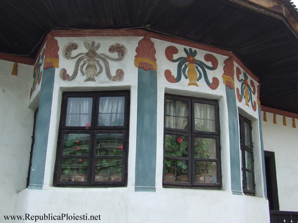 Decoratiunile de pe sacnasiul casei Hagi Prodan