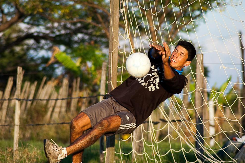 Un arquero tapa con las manos un tiro penal, que formaba parte de la definición de los resultados del partido, ese día fue particular ya que todos los partidos se definieron en penales, inclusive la final.  Campaña de Caapucú, Departamento de Paraguarí. (Elton Núñez, 2009)