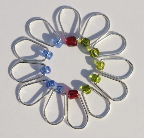 Nr. 40 - Glassperler, 12 stk. - 5 blå, 5 grønne, 2 røde, 6 mm, sølv, oval    IMG_0922