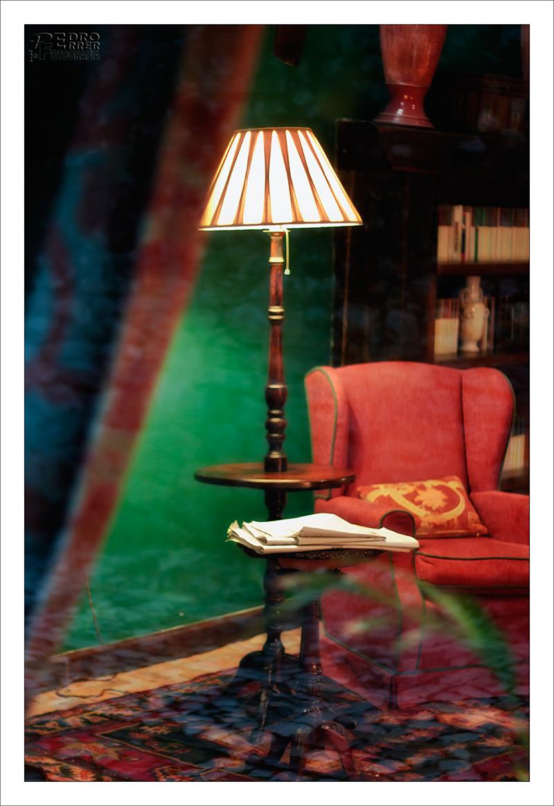 Santillana del Mar - sala de lectura a través del cristal