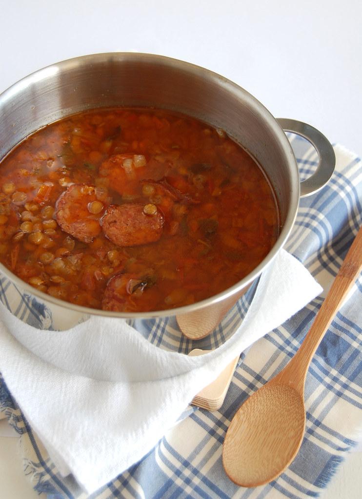 Spicy lentil and chorizo soup / Sopa apimentada de lentilha com lingüiça