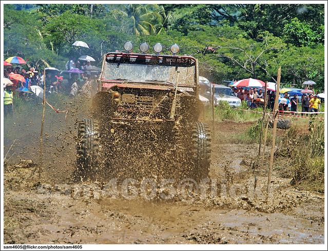 Ranau Kaamatan 4x4 Challenge - Landrover Defender Mud Bogging
