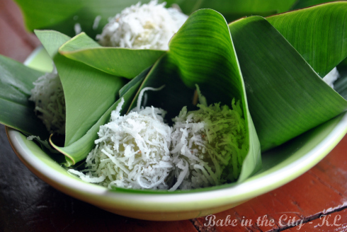 Onde-onde (glutinous rice balls filled with palm sugar)