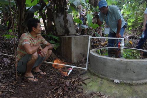 Inmar Rayo Garcia muestra el biodigestor