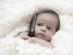 [フリー画像] 人物, 子供, 赤ちゃん, 電話・携帯電話, グラフィックス, フォトアート, 201006131300