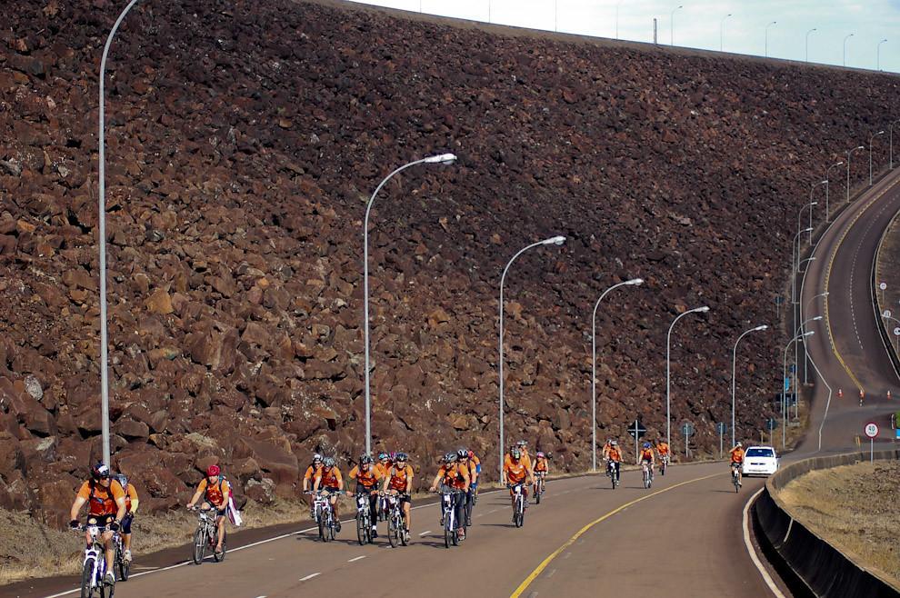 En noviembre del 2009 trajimos imagenes de la ecoaventura mas importante que se llevo a cabo en Paraguay. Recorrido en bicicletas bajo la gran muralla de contención (dique) de 8 kilómetros en la Represa de Itaipú. En la largada simbólica, los equipos recorrieron los trayectos que comprenden desde su inicio: Hotel Acaray en Ciudad del Este, Puente de la Amistad, Avenidas principales de Foz de Iguazú, Represa Itaipú hasta el salón de convenciones en Hernandarias. (Elton Núñez - Foz de Iguazú, Brasil)