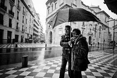 Protegidos (brunoat) Tags: street winter people blackandwhite bw snow cold love blancoynegro rain umbrella lluvia spain couple gente pareja nieve granada paraguas frio nieva