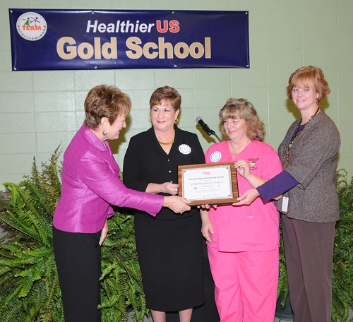 FNCS Deputy Under Secretary Dr. Janey Thornton presents the HealthierUS School Challenge Gold Award to Grenada Upper Elementary School nutrition staff and principal, in Grenada, Miss., on Nov 3.