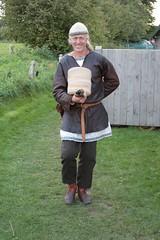 Reinhard Erichsen mit Holzteller in Haithabu Wikinger Museum WHH 25-09-2010