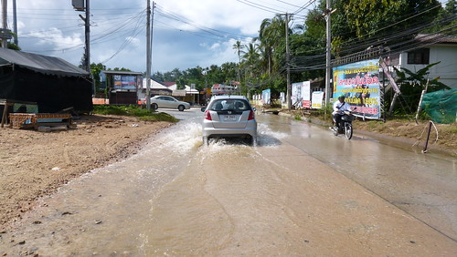 Koh Samui Road after heavy rain サムイ島 大雨後の道路0