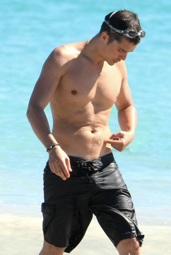 Beach Bulge http://bigbulgehunk.blogspot.com/2009/12/orlando-bloom-beach-bulge.html