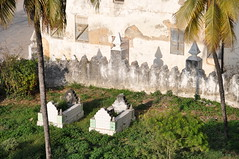 Sultan's Family Cemetery (Kevin H.) Tags: africa cemetery grave tanzania island tomb palace sultan zanzibar stonetown