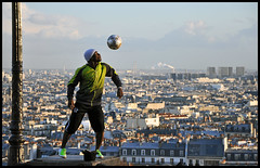 jongler au dessus de paris (Alexis.D) Tags: black paris france sport foot football ballon montmartre capitale toits jonglage jongle