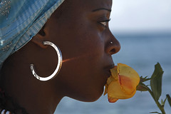 Uma flor para Yemanjá (Boarin) Tags: mulher flor festas yemanjá