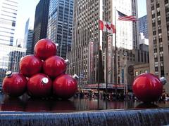 New York City - Radio City - Exxon Building (fucuyama) Tags: christmas city newyorkcity urban ny rockefellercenter radiocitymusichall radiocity avenueoftheamericas christmastreeornaments mcgrawhillbuilding esferasdenavidad exxonbuilding 1251avenueoftheamericas