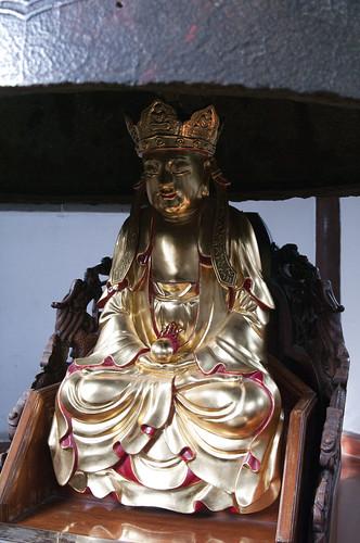 寒山寺の鐘の下に仏像さん