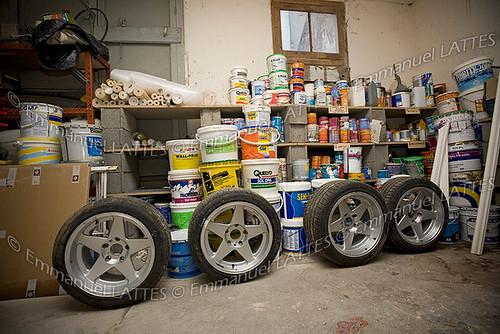 Roue de voiture de sport dans un garage.