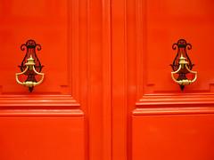 La porte rouge (Sola) Tags: door red rouge porte poigneparis