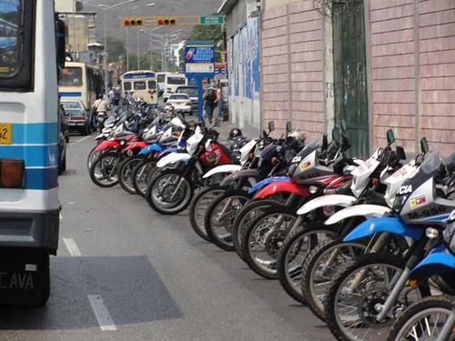 Fila de motos policiales, antesala de la represión, 12 de marzo