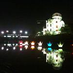 原爆ドームと、元安川に浮かぶ折り鶴フロート thumbnail