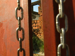 (Denilson Costa RJ-BR) Tags: riodejaneiro chains ruins doors lock ruinas ghosttown padlock bulidings portas correntes abandonedplaces construes cadeados portes lugaresabandonados iraj