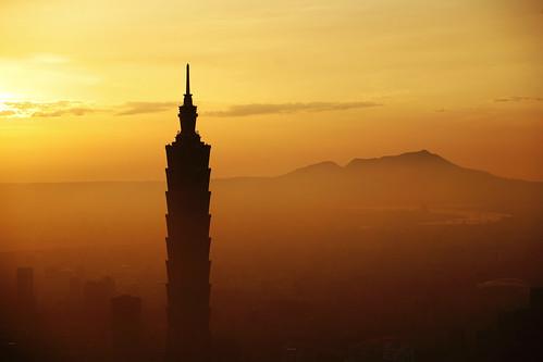 フリー写真素材, 建築・建造物, 高層ビル, 夕日・夕焼け・日没, 台北, 霧・霞, オレンジ色, 台湾,