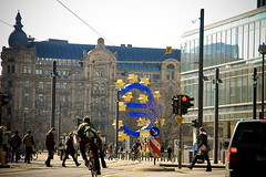 Eurosymbol der Europische Zentralbank (niels-ffm) Tags: life people living am traffic euro frankfurt live tag main bank menschen xxl verkehr ampel leben zeichen zentralbank strase europische