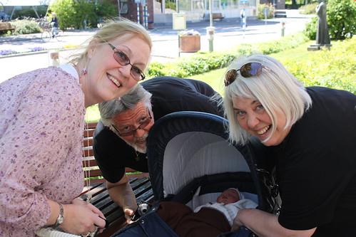 Julie träffar mormor, farfar och farmor för första gången