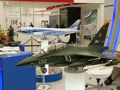 Jak-130 im Vordergrund