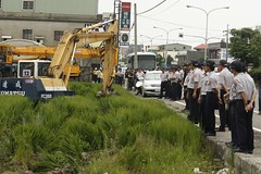 苗栗縣政府用怪手警察搗毀即將收割的良田-3