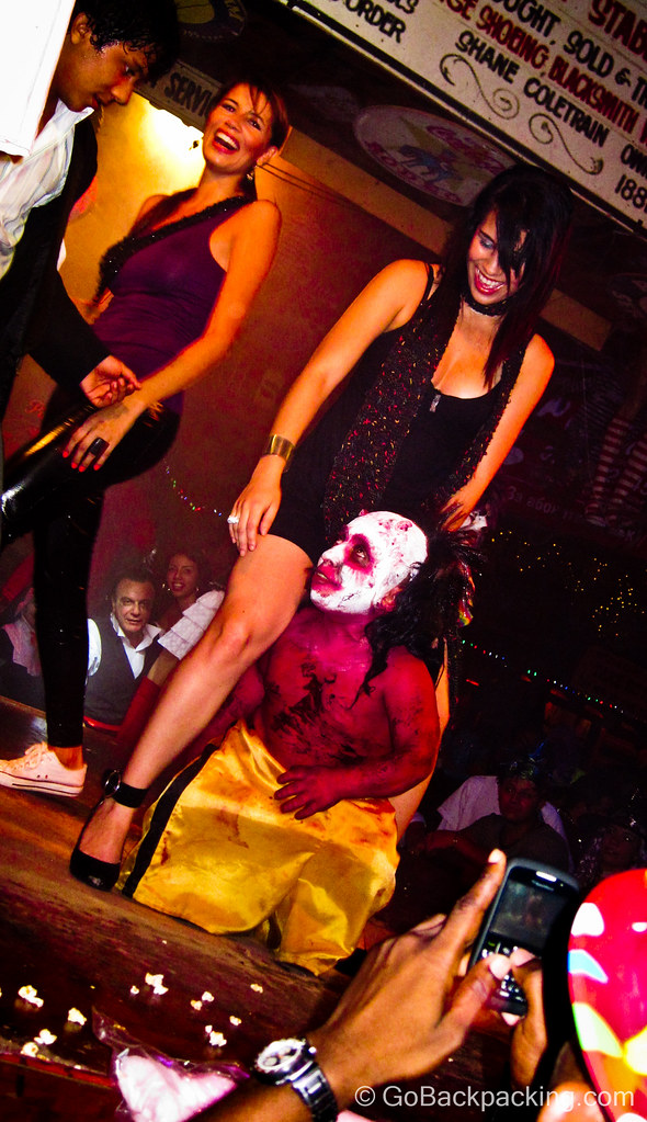 Combine beautiful women with devil midgets and you're sure to get a few laughs! Mango's Discoteca.