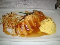 Pechuga de pollo de corral con salteado de pimientos del Bierzo y crema espumosa de maíz