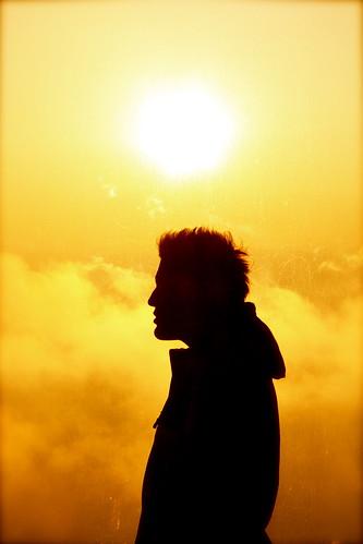 フリー画像| 人物写真| 男性ポートレイト| 外国人男性| シルエット| 横顔| 橙色/オレンジ|     フリー素材|