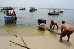 Ilha Seca - Trabalho em Equipe I (AF Rodrigues) Tags: praia água brasil riodejaneiro barco rj areia rodrigues seca homem ilha adriano trabalho força guanabara baia ferreira embarcação coletivo
