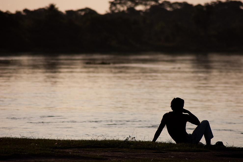 Un muchacho disfruta de la vista generosa del atardecer del viernes santo a orillas del Río Jejuí en el puerto La Niña. (San Pedro, Paraguay - Elton Núñez)