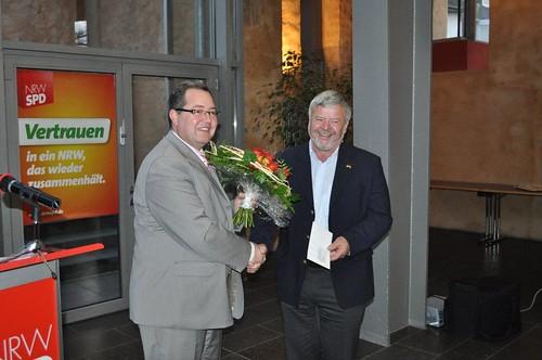 Werner Ohlerth wird von Uwe Schmitz für sein Engagement geehrt