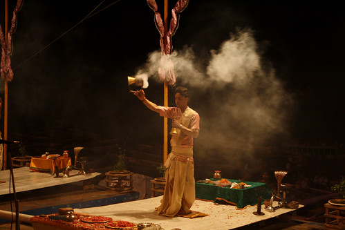 ガンジス川 夜の火の祭り プージャー