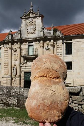 Pieza de pan de Cea frente al monasterio