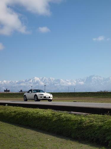 雪化粧した立山連峰とロードスター