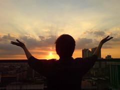 太陽を拝む背中