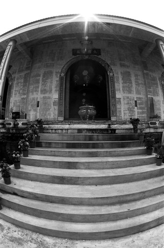 16 mm fisheye, f/16, 1/60, +/0. Film: Kodak 400 TMax (分裝). 後製: EV +0.66, Black +2.