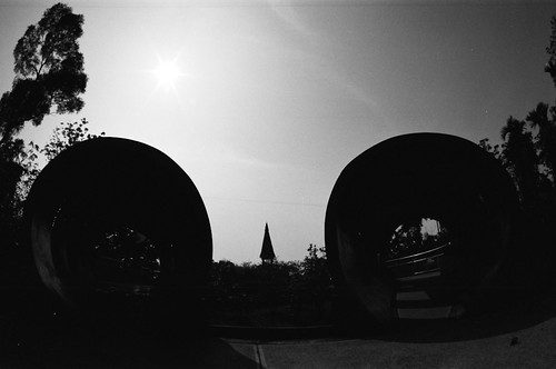 16 mm fisheye, f/16, 1/1000, +/0. Film: Kodak 400 TMax (分裝). 後製: EV +0.33, Black +18.