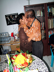 show of affection (Helen Simarmata (Mami Fala)) Tags: mama bapak hup ke40