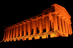 Antico splendore / Ancient shine (AndreaPucci) Tags: summer italy night greek temple italia estate concordia sicily notte sicilia agrigento tempio canoneos400 greci canonefs1855mm3556 illumninazione andreapucci